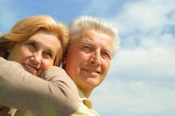 Semaine des aines a Rigaud couple personnes agees et ciel bleu Photo extraite du depliant 2014