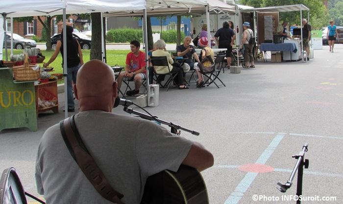 Visiteurs-et-musicien-au-Marche-Fermier-du-comte-d-Huntingdon-Photo-INFOSuroit_com