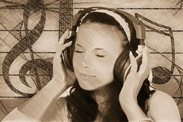 musique cle de sol fille et casque d ecoute Image Pixabay Public Domain CC0
