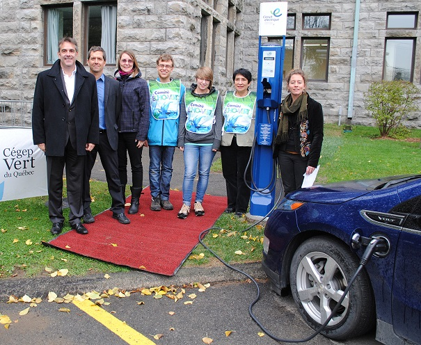 Inauguration borne de recharge publique pour vehicules electriques Photo courtoisie College de Valleyfield