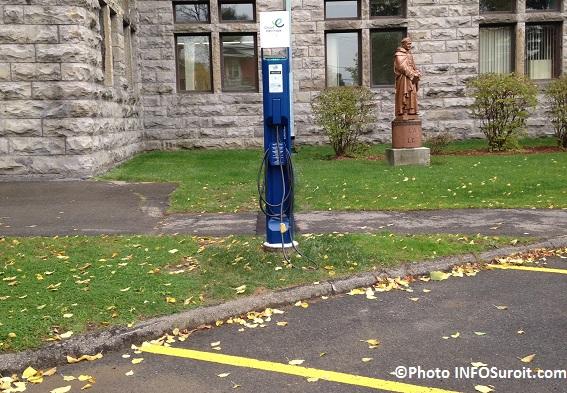 borne de recharge publique pour vehicules electriques devant College de Valleyfield Photo INFOSuroit_com