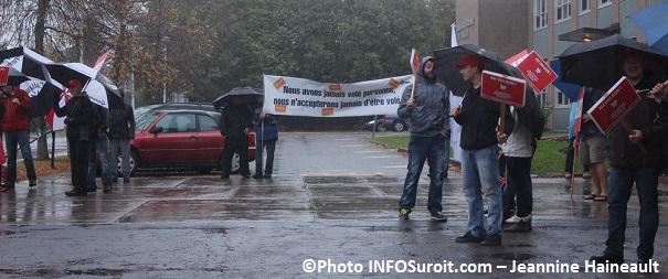 manifestants devant ecole Billings lors des Grands chantiers citoyens a Chateauguay Photo INFOSuroit-Jeannine_Haineault
