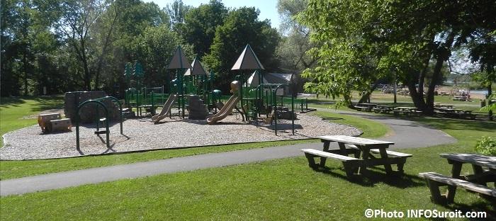 plage du parc regional des iles de Saint-Timothee avec tables de pique-nique module de jeux pour enfants et arbres Photo INFOSuroit_com