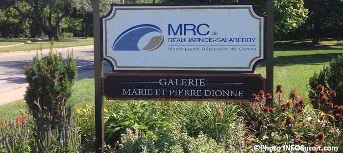 MRC Beauharnois-Salaberry et galerie d art enseigne sur route 132 Photo INFOSuroit