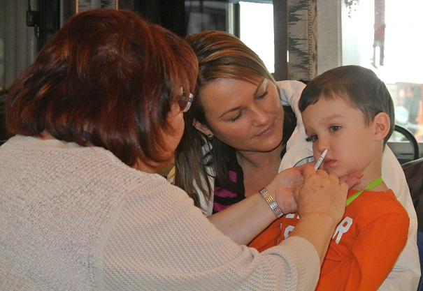 Vaccination Journee familiale 8nov2014 enfant Caserne Valleyfield Photo CSSS du Suroit