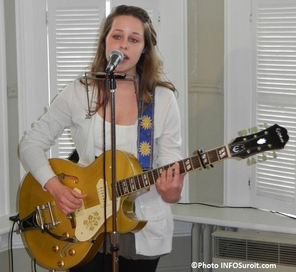 artiste Marie-Claudel_Chenard voix et guitare Photo INFOSuroit_com