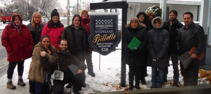 groupes communautaires du Haut-Saint-Laurent manifestent devant bureau depute Photo courtoisie ADDS
