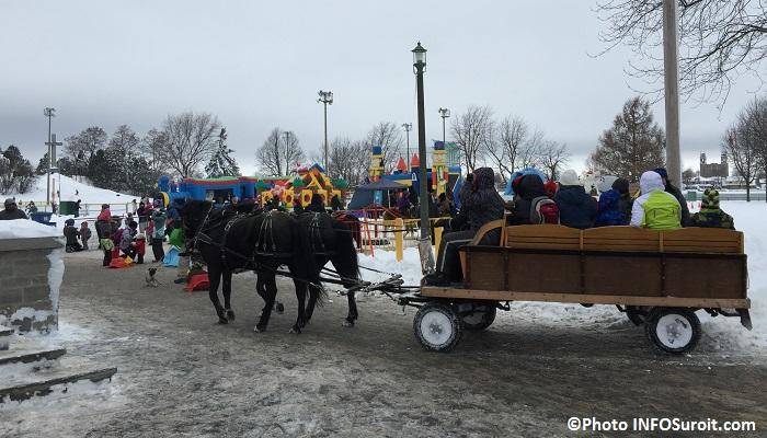 Magie des fetes Valleyfield 2014 jeux gonflables visiteurs chevaux Photo INFOSuroit_com