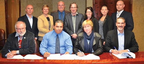 Signature-convention-collective-cols-blancs-Chateauguay-photo-courtoisie-publiee-par-INFOSuroit_com
