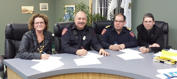 Signature-entente-Pompiers-Saint-Urbain_Premier-photo-courtoisie-publiee-par-INFOSuroit_com