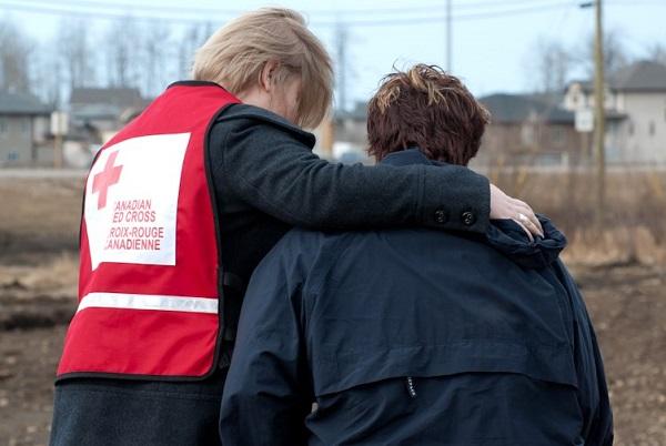 Benevole-Croix_Rouge-et-personne-sinistree-Photo-Courtoisie-publiee-par-INFOSuroit_com.jpg