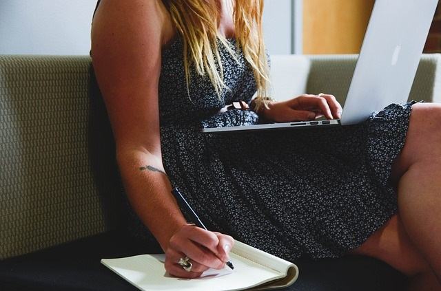 Entrepreneur-femme-note-ordinateur-photo-Pixabay.publiee-par-INFOSuroit_com