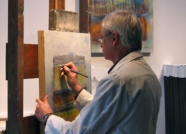artiste-peintre-Richard_Caplette-devant-tableau-Photo-courtoisie-publiee-par-INFOSuroit