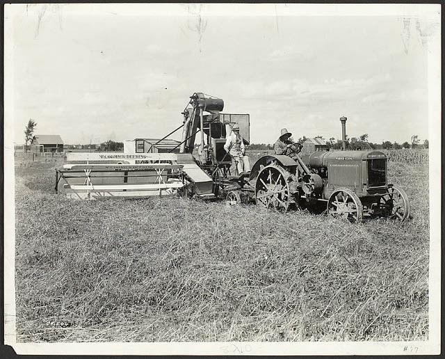 tracteur et vieille moissonneuse batteuse a la ferme experimentale a Ottawa Photo CollectionsCanada
