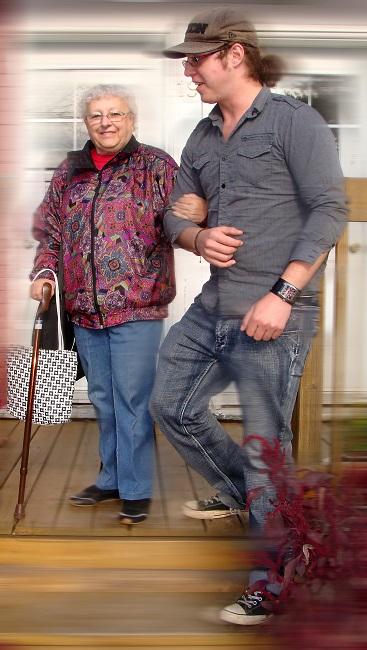 Benevole-avec-personne-agee-benevolat-photo-courtoisie-publiee-par-INFOSuroit_com