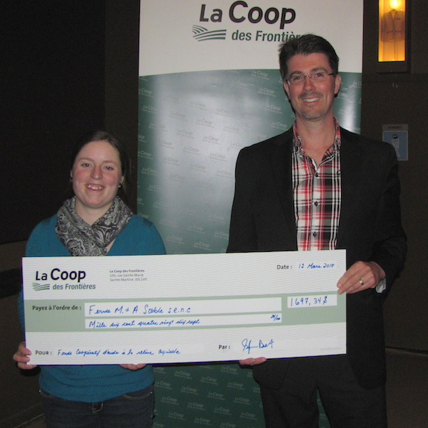 Coop Frontiere remise cheque Melissa_Sylvestre AGA 12 mars 2015