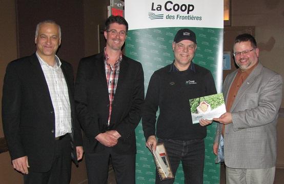 Coop Frontieres remise plaque Richard_Beriault Photo courtoisie oubliee par INFOSuroit_com