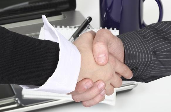 Affaires-poignee-de-main-image-Pixabay-publiee-par-INFOSuroit_com