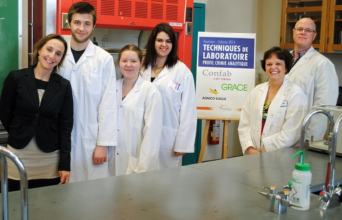 Fondation College Valleyfield remise bourses Chimie 28avril2015 Photo ColVal