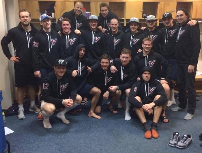 joueurs Avalanches du Colorado avec chandail hoodies VNation Photo courtoisie VNation