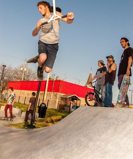 Skate Plaza Valleyfield jeunes en demonstration Photo courtoisie
