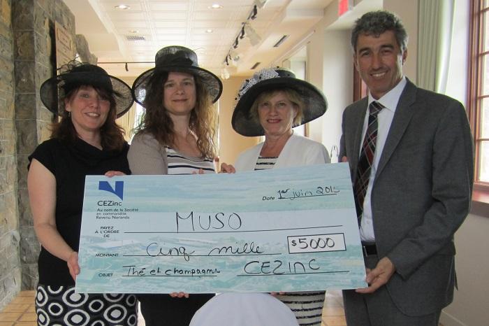The-et-Champagne-pour-le-MUSO-cheque-5000-CEZinc-photo-courtoisie-publiee-par-INFOSuroit_com
