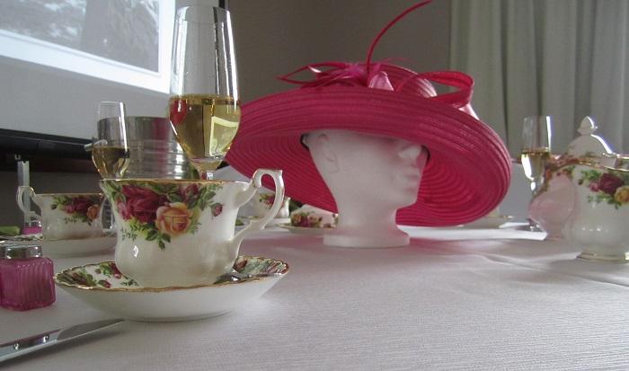 The-et-Champagne-pour-le-MUSO-table-tasses-photo-courtoisie-publiee-par-INFOSuroit_com