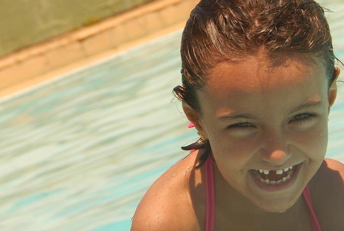 piscine jeu d_eau enfant sourire saison estivale Photo Pixabay