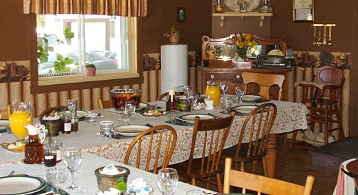 gite Au_petit_ruisseau table repas dejeuner Photo courtoisie site Web aupetitruisseau_com