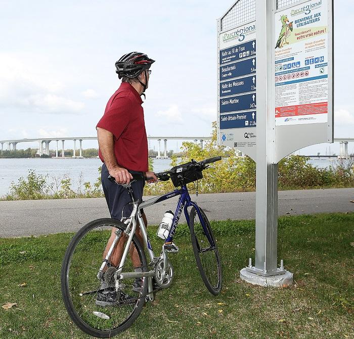 piste cyclable Parc regional Beauharnois-Salaberry cycliste velo pont et panneau signalisation Photo courtoisie MRC