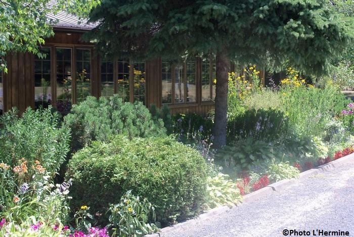 Cabane a sucre et salle de reception L_Hermine fleurs verdure Photo courtoisie L_Hermine