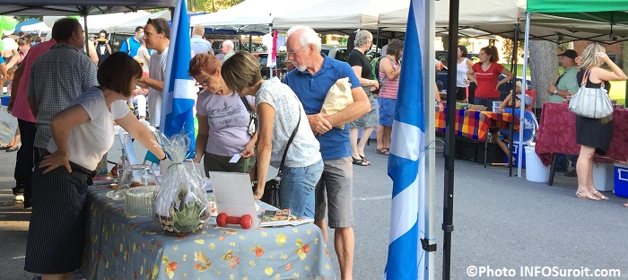Marche Fermier Huntingdon 19 aout 2015 visiteurs kiosques Photo INFOSuroit_com