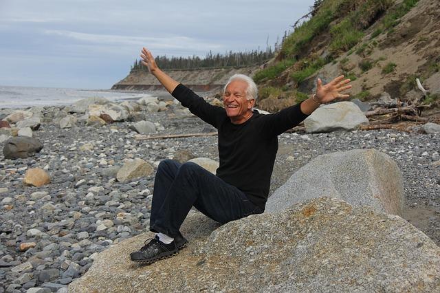 Homme-en-sante-heureux-rire-photo-Pixabay-publiee-par-INFOSuroit_com