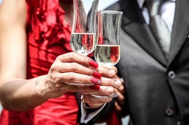 Couple-coupes-de-vin-celebrations-festivites-photo-pixabay-publiee-par-INFOSuroit_com