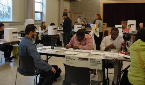Election electeurs scrutateurs boites scrutin vote Source Elections Canada
