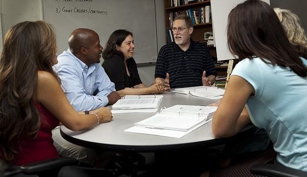 Groupe-rencontre-discussion-cours-atelier-formation-image-Pixabay-publiee-par-INFOSuroit_com