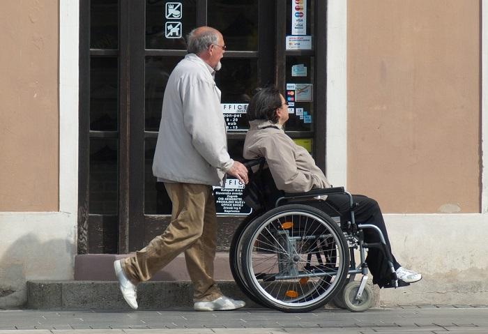 aidant naturel chaise-roulante personne handicapee Photo Pixabay via INFOSuroit