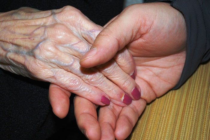 aidant naturel mains personne agee ainee Photo Pixabay via INFOSuroit