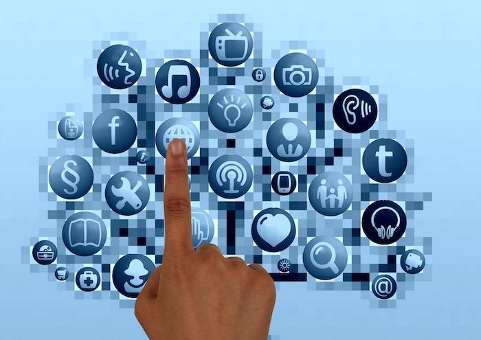 developpement social doigt choix medias sociaux Image Pixabay via INFOSuroit