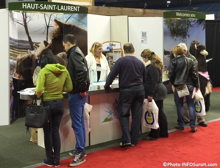 kiosque Haut-Saint-Laurent avec des visiteurs ExpoHabitation Photo INFOSuroit_com