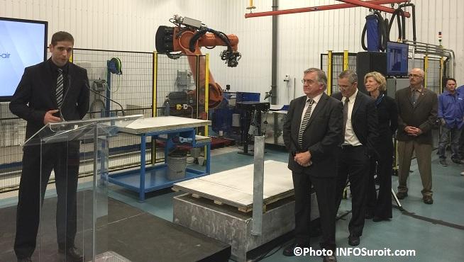 Groupe Tremblay Nicolas_Sauve ingenieur explique nouveau robot Photo INFOSuroit_com