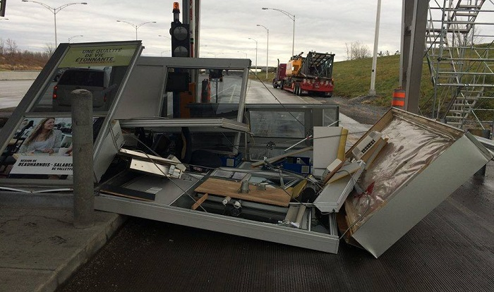 autoroute 30 cabine poste de peage accident camion 27 nov 2015 Photo Facebook Carolane_Leroux