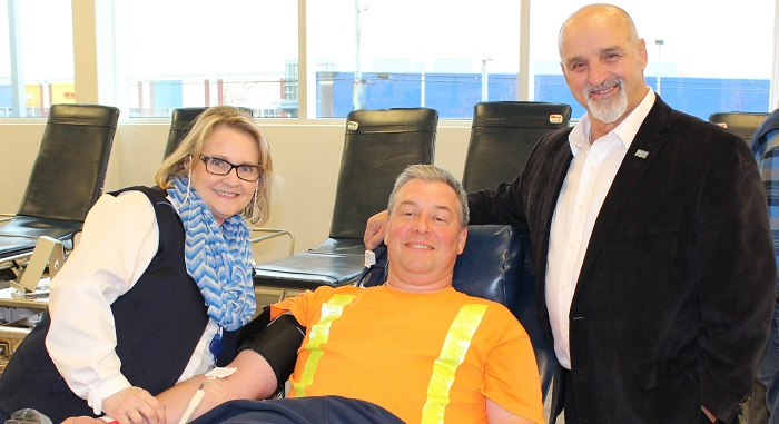 collecte de sang du maire Guy_Pilon_2015 avec M_Guevremont et JB_Malenfant Photo courtoisie