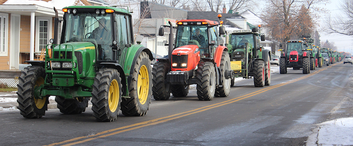 tracteurs manifestation agriculteurs dans Soulanges Photo UPA