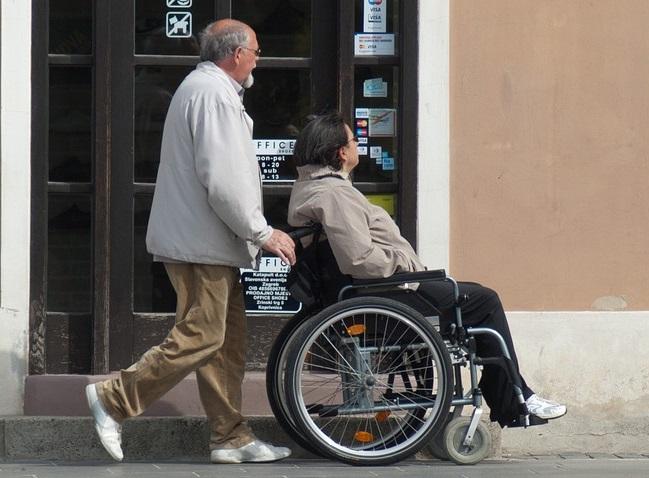 Chaise-roulante-personne-handicapee-aide-accompagner-photo-Pixabay-publiee-par-INFOSuroit_com