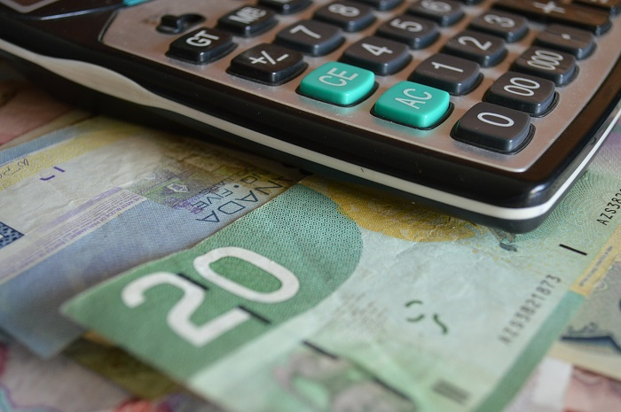 budget-calculatrice-dollars-canadiens Photo-Pixabay-via-INFOSuroit