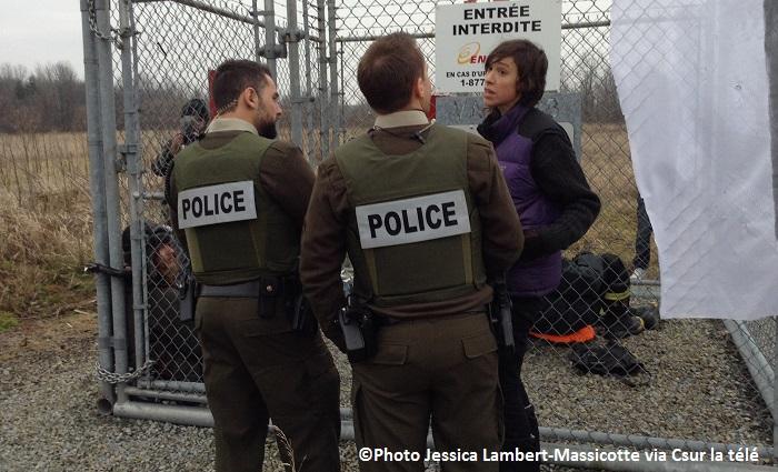manifestants Enbridge pipeline avec policiers Photo Jessica_Lambert_Massicotte via Csur_la_tele publiee par INFOSuroit