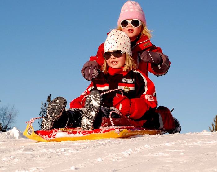 enfants glissade traineau hiver Photo Pixabay via INFOSuroit_com - copie