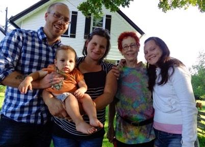 Alla-Karytka-et-sa-famille-d_accueil-canadienne-Photo-courtoisie-publiee-par-INFOSuroit_com