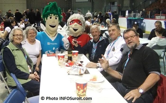 Jeux-du-Qc-2011 mascottes Vito et Ria avec benevoles Photo INFOSuroit_com